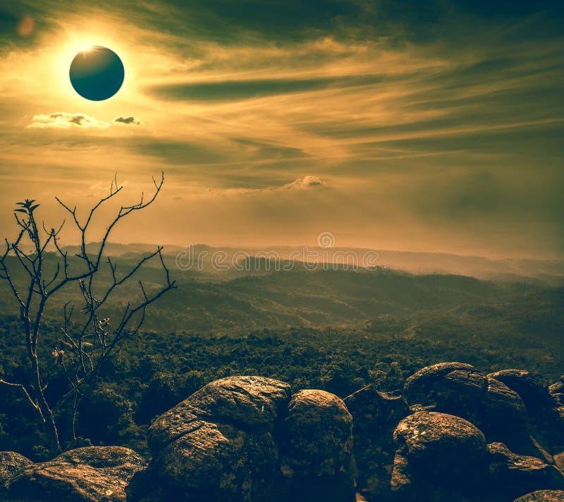 Fantastiskt vetenskapligt naturligt fenomen Sammanlagd glowi för sol- förmörkelse arkivbilder