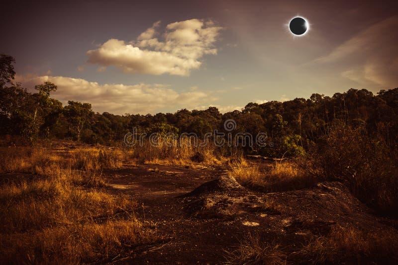 Fantastiskt vetenskapligt naturligt fenomen Sammanlagd glowi för sol- förmörkelse royaltyfri fotografi
