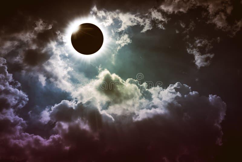 Fantastiskt vetenskapligt naturligt fenomen Sammanlagd glowi för sol- förmörkelse royaltyfri foto
