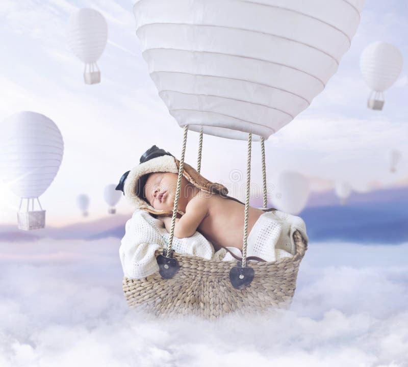 Fantastybeeld van weinig jongen die een ballon vliegen royalty-vrije stock afbeeldingen