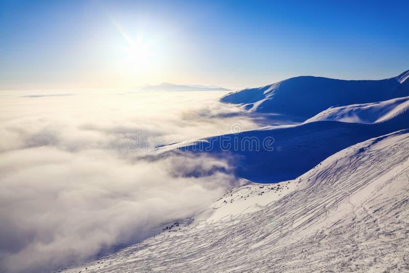 Fantastyczna sceneria z wysokimi górami w śniegu, zwarta textured mgła w zimnym zima dniu Zima krajobraz Z mgłą zdjęcia stock