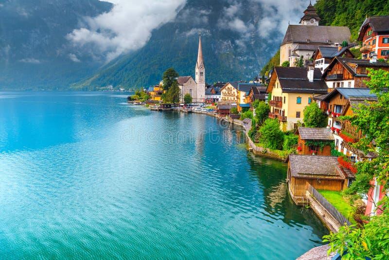 Fantastyczna turystyczna wysokogórska wioska i jezioro, Hallstatt, Salzkammergut region, Austria zdjęcia stock