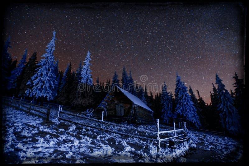 Fantastycznej zimy meteorowa prysznic i nakrywać góry vi royalty ilustracja