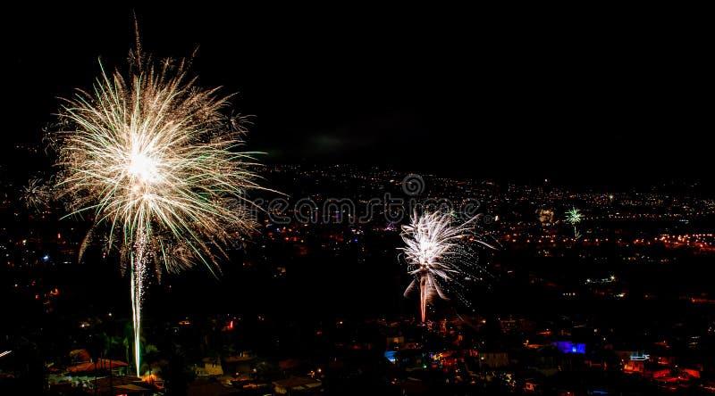 Fantastyczni fajerwerki nad miastem nocą obraz royalty free