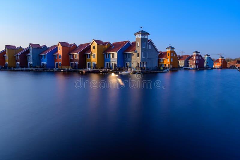 Fantastyczni kolorowi budynki na wodzie przy błękitną godziną, Groningen, holandie fotografia royalty free