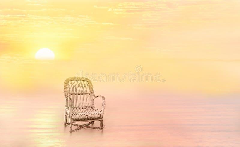 Fantastyczny miejsce spoczynku Stary krzes?o po ?rodku wody w mgle i z?otym ?wietle zmierzch zdjęcie stock