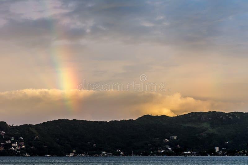 Fantastyczny niebo z tęczą przy Caonceicao laguną w Florianopolis, Brazylia fotografia royalty free