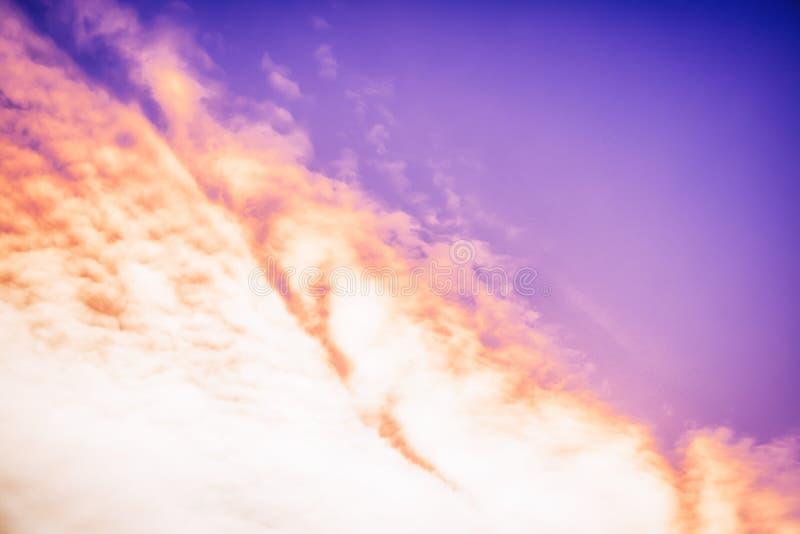 Fantastyczny ognisty nieba tło Pięknego wieczór pomarańczowy fiołkowy purpurowy niebo obrazy stock