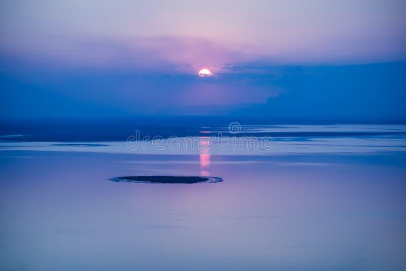 Fantastyczny seascape z chłodno zmierzchu tłem z odbiciem o zdjęcia royalty free