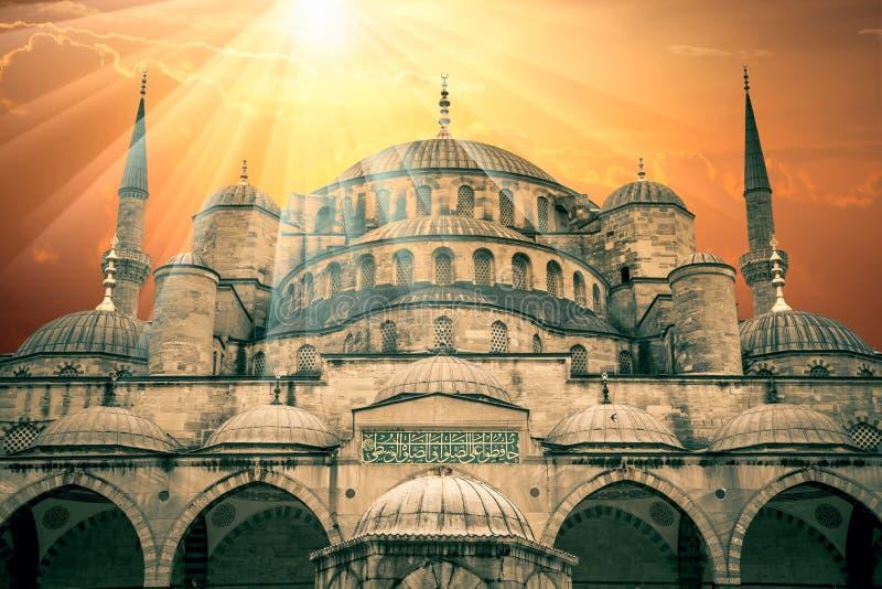 Fantastyczny widok Błękitny meczet z słońcem i zadziwiającymi sunbeams zdjęcia royalty free