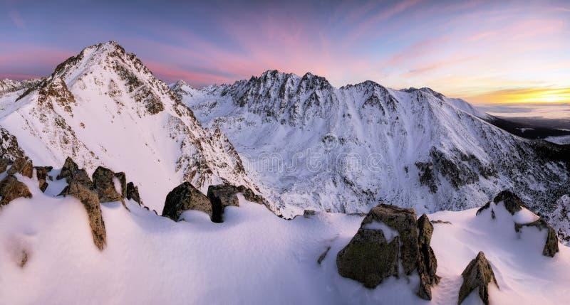 Fantastyczny wieczór zimy krajobraz Kolorowy chmurzący niebo zdjęcie stock