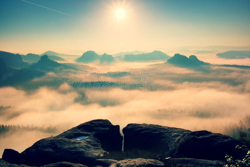 Fantastyczny wschód słońca na wierzchołku skalista góra z widokiem w mglistą dolinę fotografia royalty free