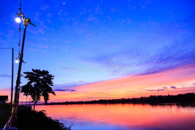 Fantasy crepuscolo alba sfondo, Gold sunlight sul cielo blu e spostare le morbide nuvole viola sopra il tramonto immagini stock libere da diritti