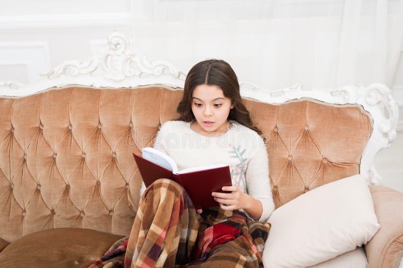 Fantasy genre Boklagringskoncept Litteratur om barn Winter wonderland Underbara flickor som läser bok julmas royaltyfri bild
