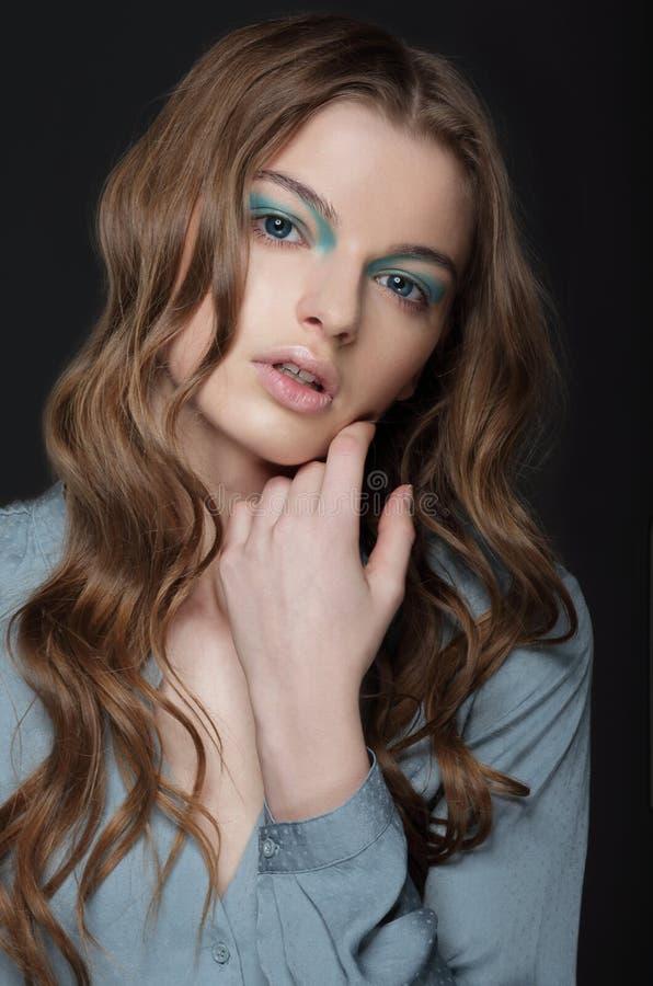 fantasy Morena nova com composição incomum dos olhos azuis fotografia de stock royalty free