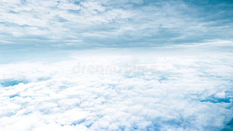 Fantazi niebieskie niebo i piękne chmury obraz royalty free