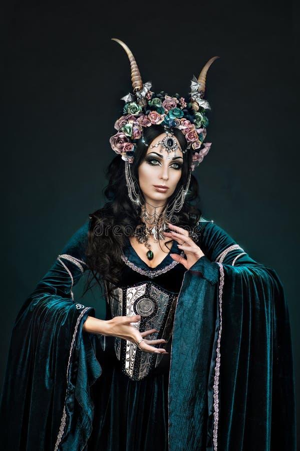 Fantazja elfa kobiet onh czarny tło obraz stock