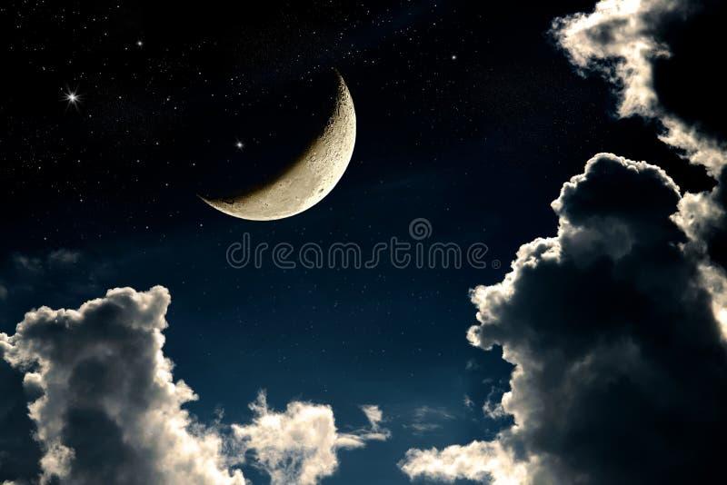 Fantazja nocnego nieba cloudscape z gwiazdami i półksiężyc księżyc overlaid obraz royalty free