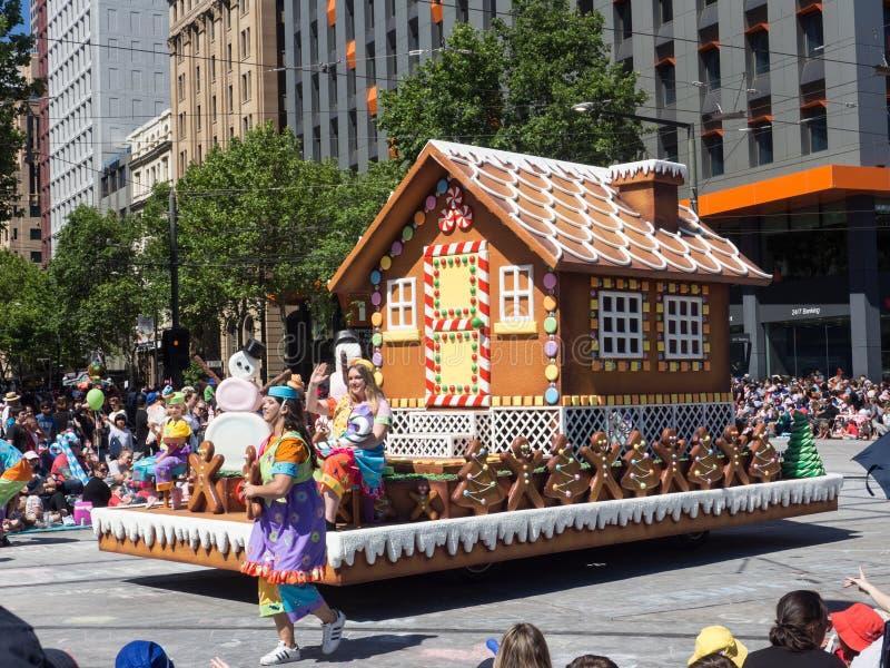 Fantazja pławików Piernikowy dom «wykonuje w 2018 Credit Union widowiska Bożenarodzeniowej paradzie fotografia royalty free