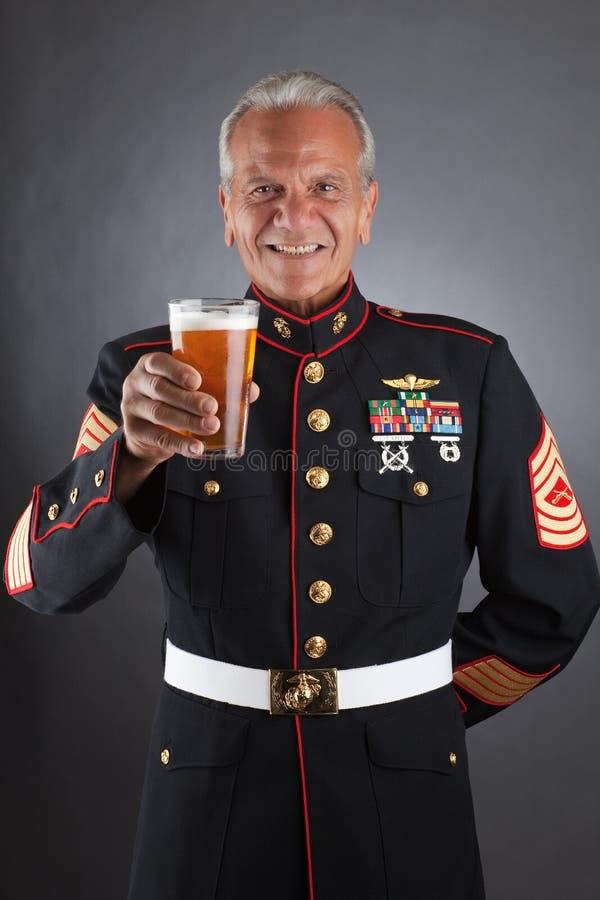 Fante di marina felice con una birra fotografia stock libera da diritti