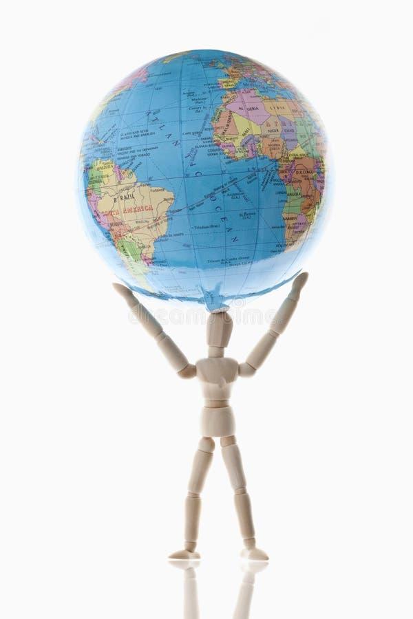 Fantoche de madeira que guarda o globo imagem de stock royalty free