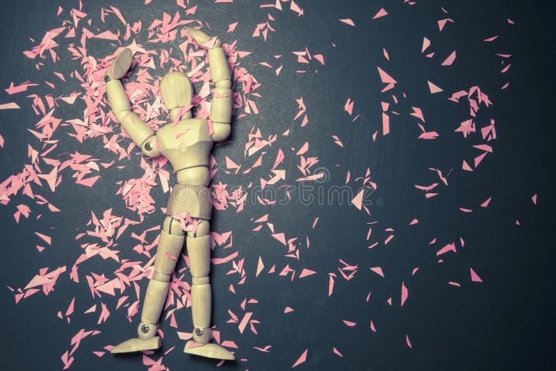 Fantoches, bonecas de madeira com pedaços de papel cor-de-rosa - imagem conservada em estoque imagem de stock