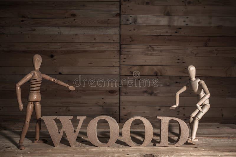 fantoches de madeira com palavra do átomo imagens de stock