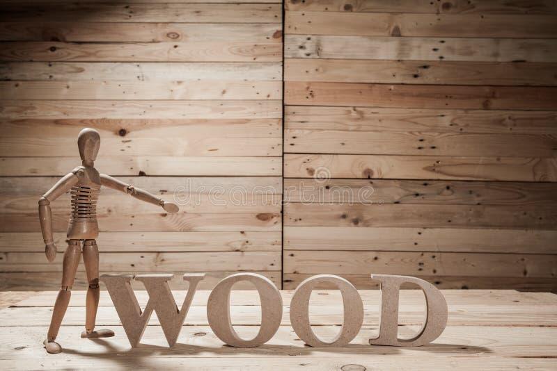 fantoches de madeira com palavra do átomo foto de stock