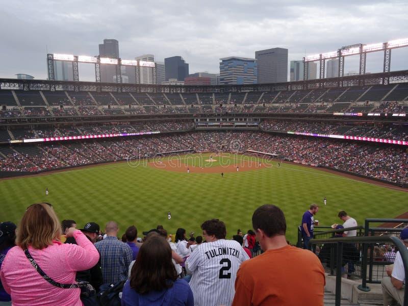 Fanuhr-Baseballspiel von den Außenfeld-Zuschauertribünen lizenzfreie stockfotografie