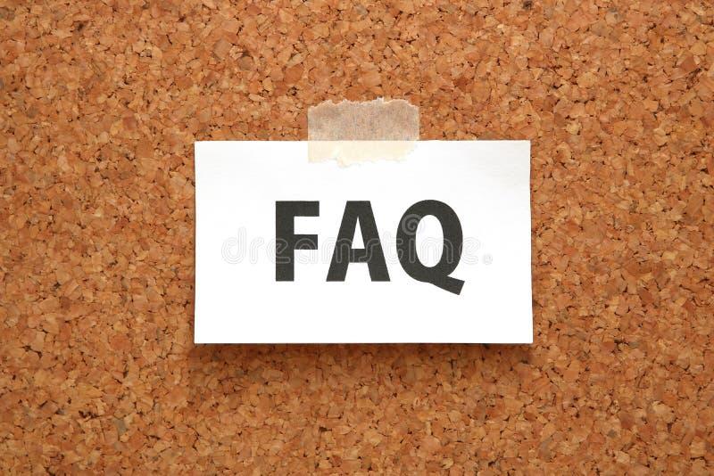 FAQ na kawałku papieru na brown korek desce obrazy stock