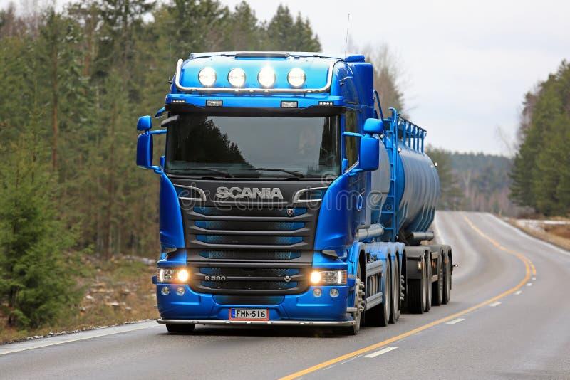 Faróis azuis do caminhão de tanque de Scania R580 na estrada rural imagens de stock