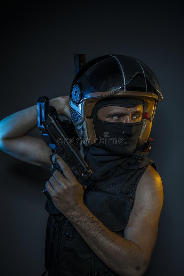 Fara, mördare med motorcykelhjälmen och vapen arkivbilder
