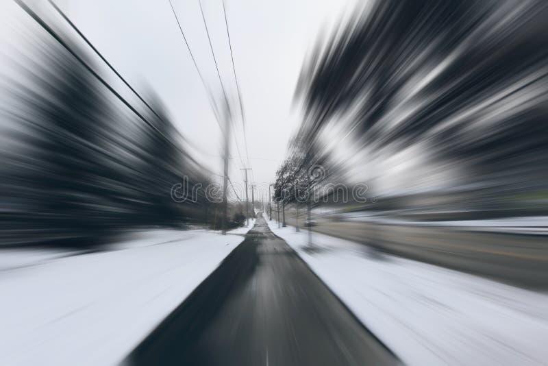 Fara och fastar vänd på den icy snowvägen royaltyfria foton