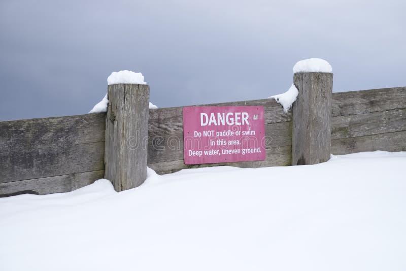 Fara paddlar inte, eller att simma i varning för djupt vatten underteckna landet parkerar in arkivfoton