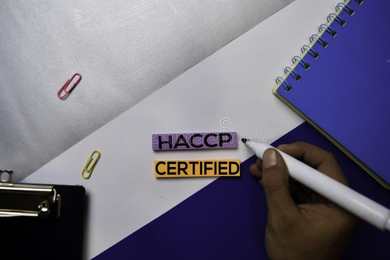 Faraanalys och kritisk kontrollpunkt intygade HACCP-text på klibbiga anmärkningar med begrepp för färgkontorsskrivbord arkivbild