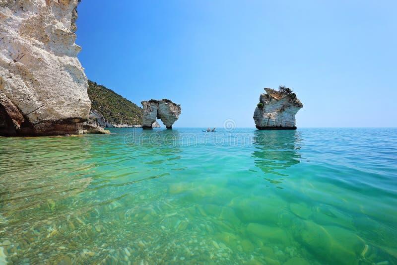 Faraglioni二普利亚巴亚delle扎加雷-自然保护区 堆,沿海和海洋岩层腐蚀由波浪 图库摄影