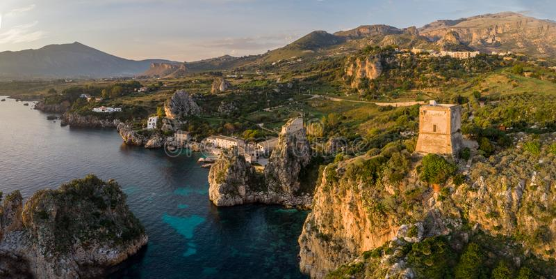 faraglioni斯科佩洛二斯科佩洛和塔全景在西西里岛,意大利 免版税库存图片