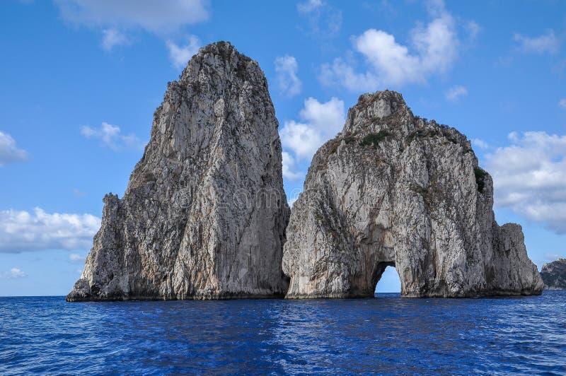 Faraglioni av den Capri sikten från havet arkivfoto