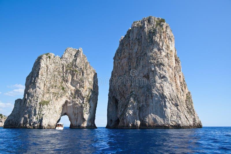 Faraglioni Capri ö (Italien) arkivfoton