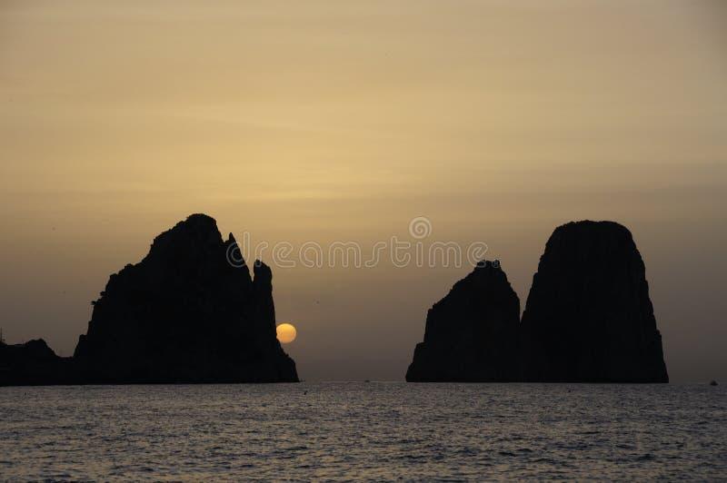 Faraglioni de Capri Italia en la salida del sol imagen de archivo