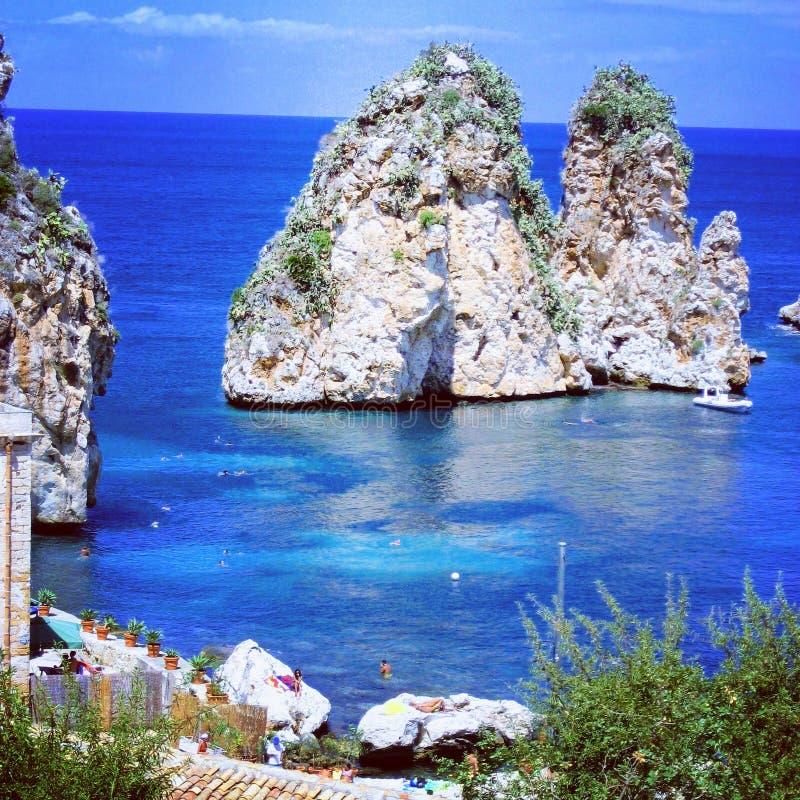 faraglioni en Sicilia foto de archivo