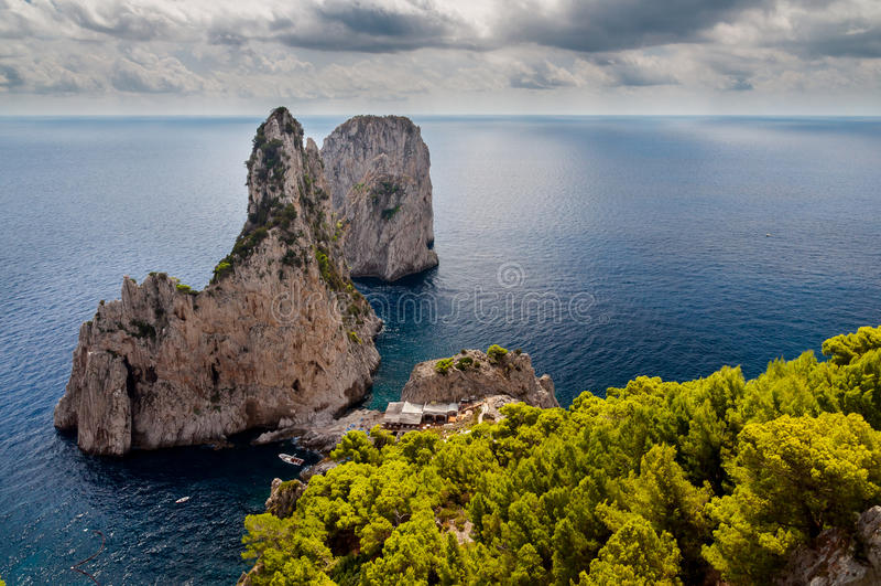 Faraglioni i morze z burzowym niebem przy Capri fotografia royalty free