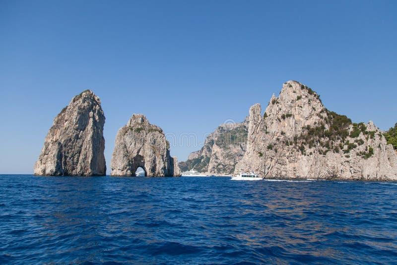 Faraglioni, os arcos naturais de Capri, Itália fotos de stock