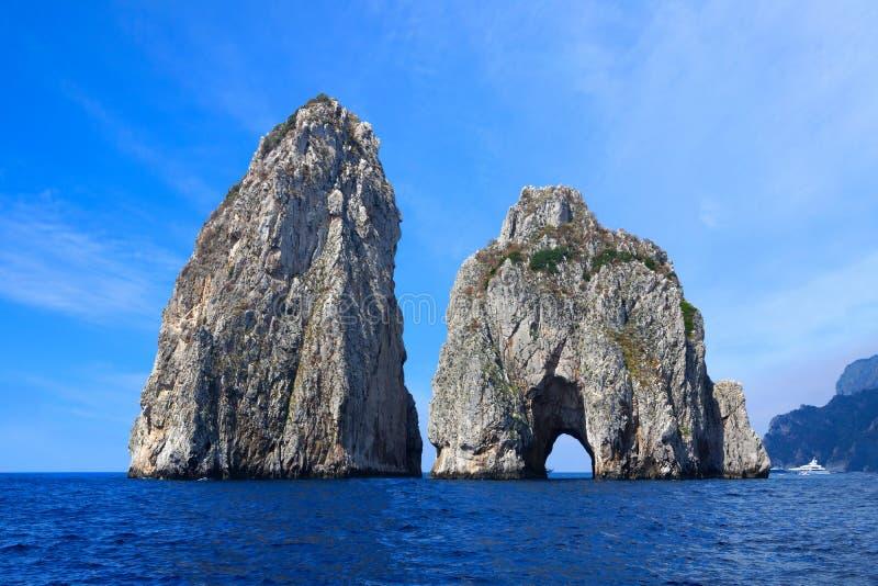 Faraglioni vaggar av ön av Capri, Italien royaltyfria bilder