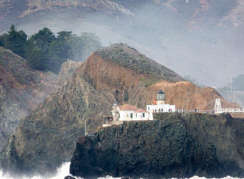 Farallon-Inselleuchtturm vor Küste von San Francisco im Golf von Farallon an einem sonnigen Tag lizenzfreies stockfoto