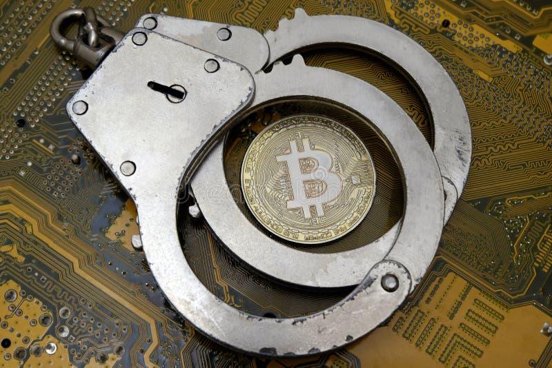 Faran av det elektroniska bedrägerit, en hackerattacker eller kränkning av lagen i detvaluta området Bitcoin ligger under polisst royaltyfria bilder