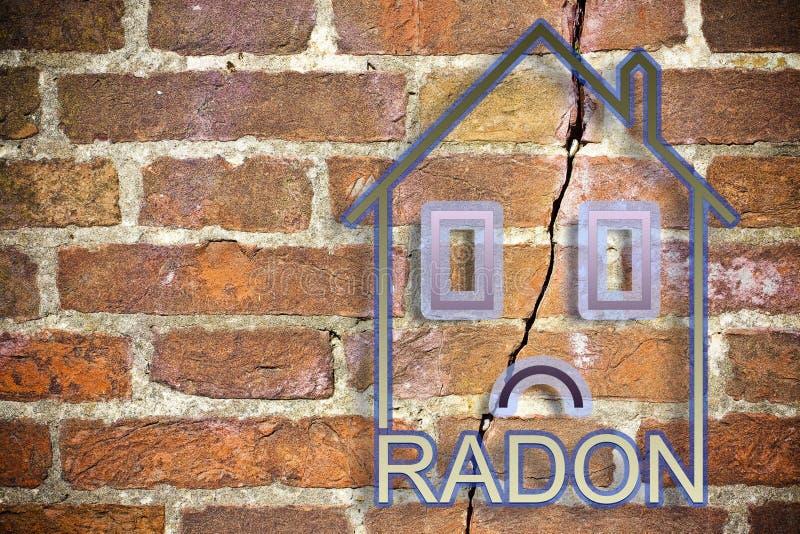 Faran av radongas i våra hem - begreppsbild med en översikt av ett litet hus med radontext mot en sprucken tegelstenvägg royaltyfri bild