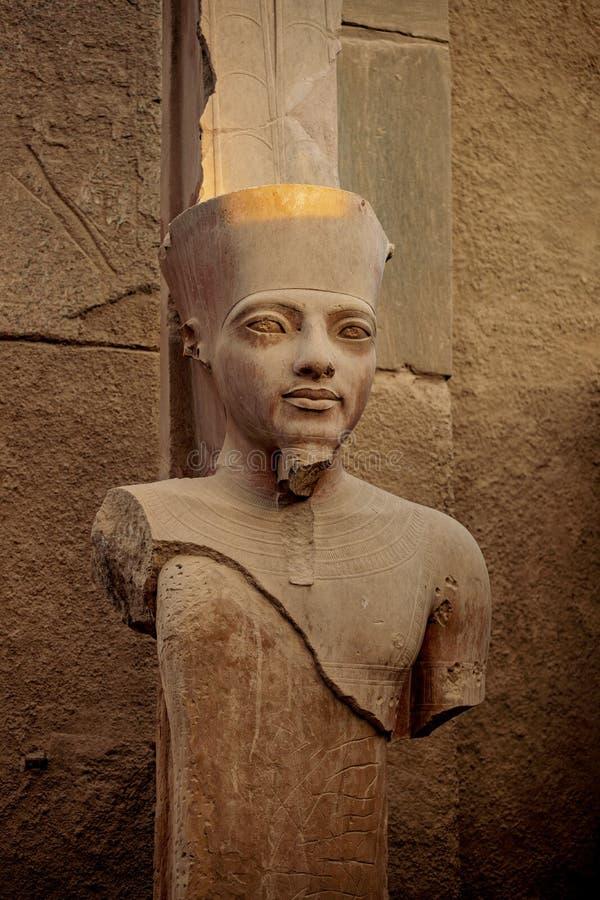 Faraostandbeeld in de oude ruïnes van de Tempel van Karnak in Luxor, Thebes, Egypte stock afbeelding