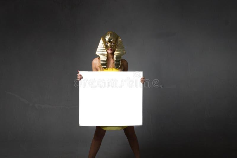 Faraovrouw met witte lege raad stock afbeeldingen