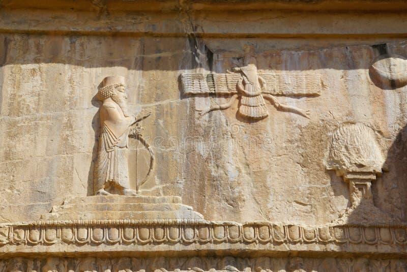 Faravahar fördärvar den kungliga gravvalvfasaden, symbol på av gammal stadsPe royaltyfria foton
